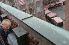 Mitarbeiter von HM-Kanalsanierung bei der Inliner Sanierung eines Regenrohrs